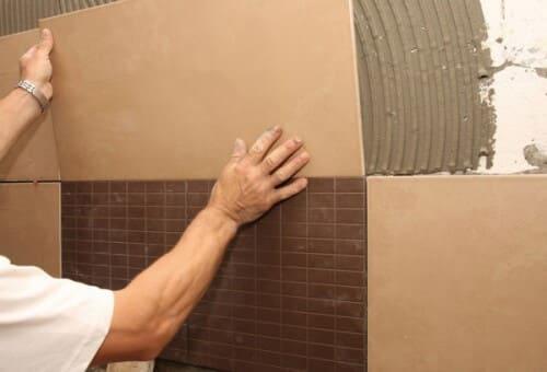 Укладывание плитки на стену