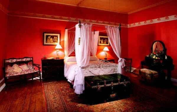 Спальная комната в красном цвете