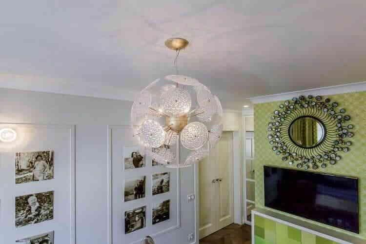 Люстра-шар в спальной комнате с гардеробной