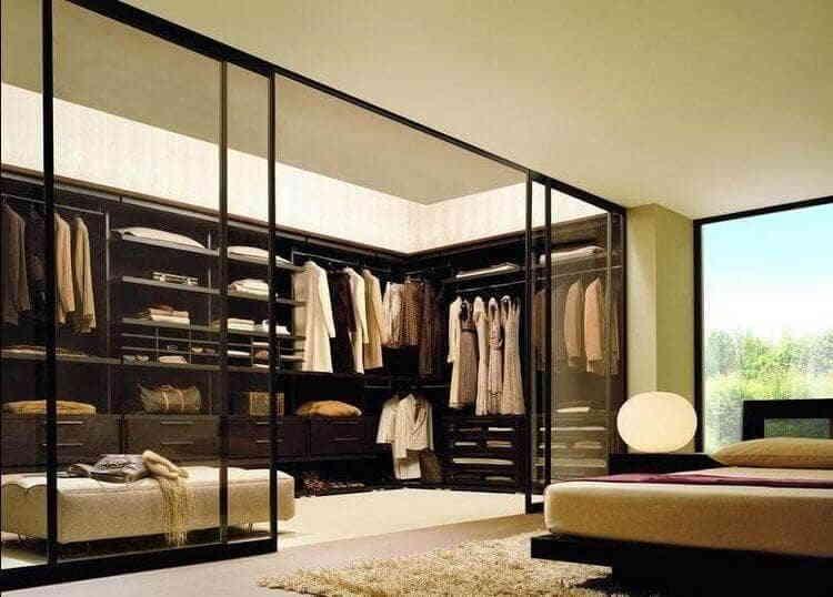 Интерьер спальной комнаты с гардеробной 18 м²