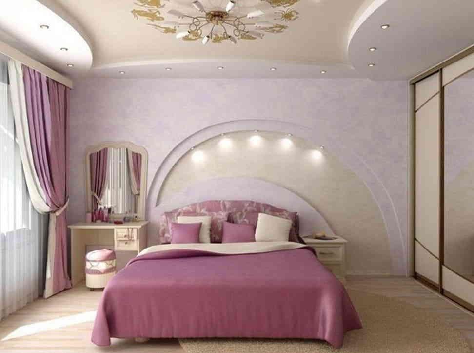 Современная спальная комната в светло-розовом тоне