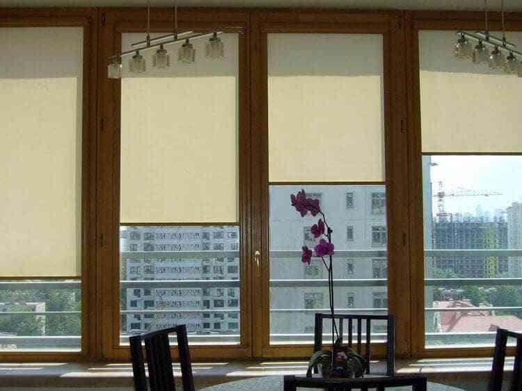 Рольшторы на окнах