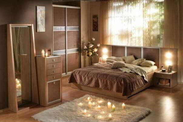 Спальная комната в коричневом тоне с бежевыми подушками