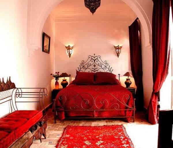 Яркая марокканская спальная комната