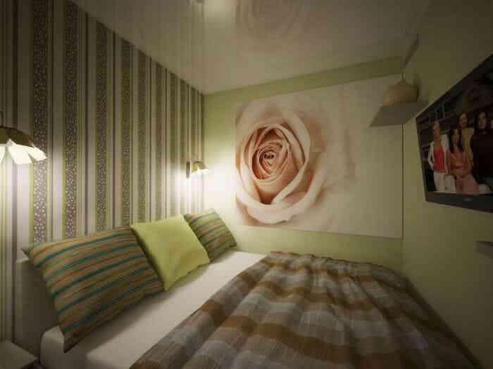 «Глухая» маленькая спальная комната с 2-мя бра у изголовья кровати и телевизором