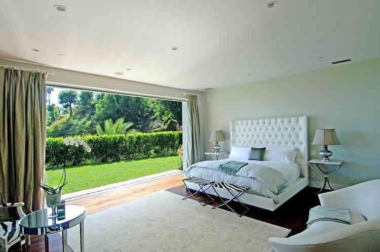 Комната для сна с имитацией окна из фотообоев