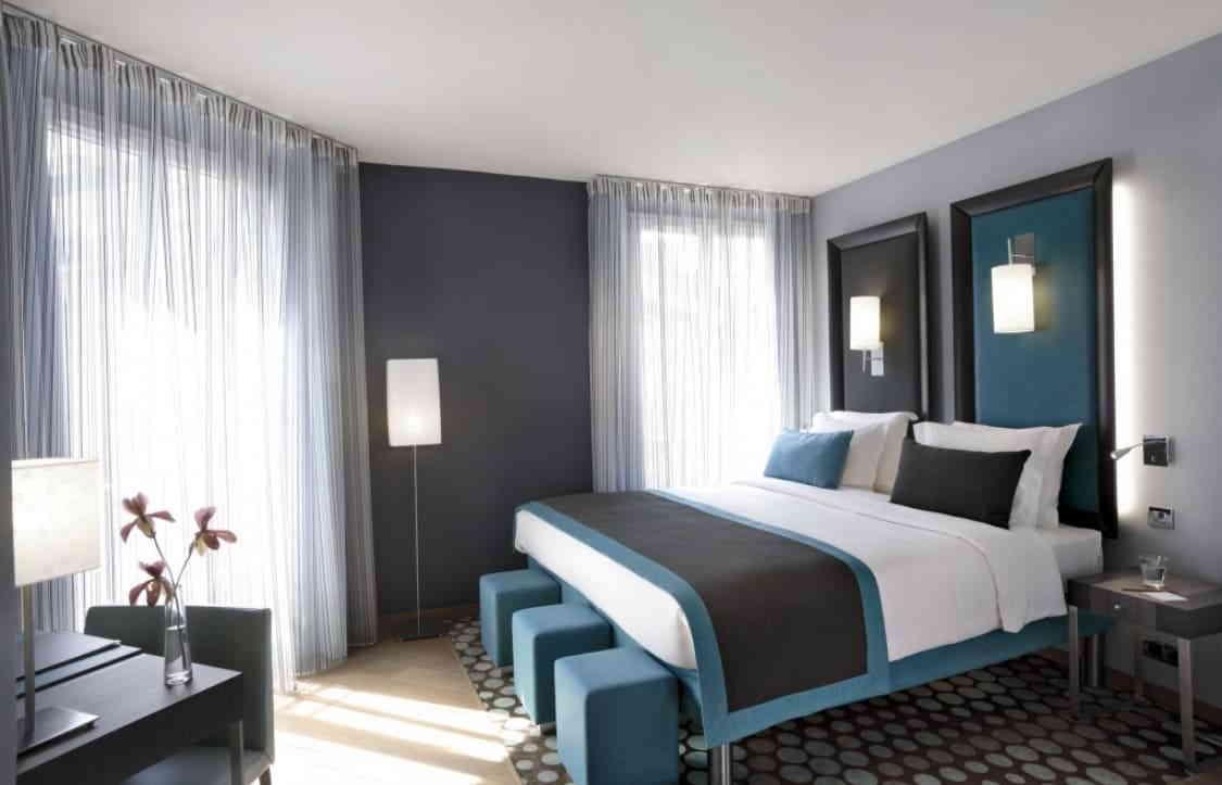 Спальная комната в хай-тек стиле с серо-голубым комбинированием цветов