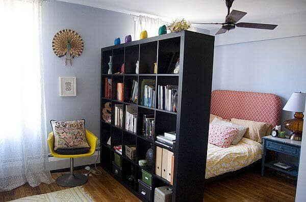 Полки для книг могут быть хорошей «стеной» между 2-мя территориями